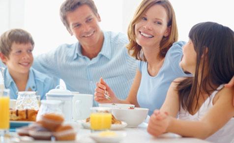 familyeatingbreakfast